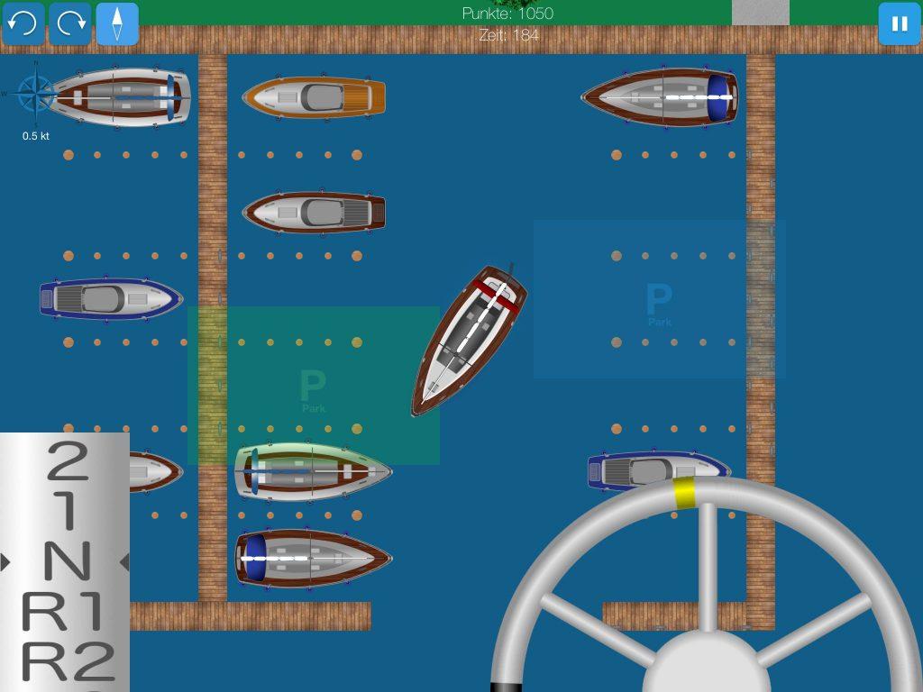 Screenshot: Segelyacht mit linksdrehender Schraube parkt in der Box.